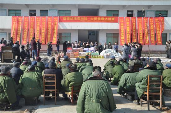 10多家企业组团到驿城区胡庙敬老院送温暖