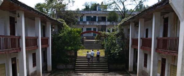 三位老师与一座大山深处的学校,学生都走了,只留下了老师。