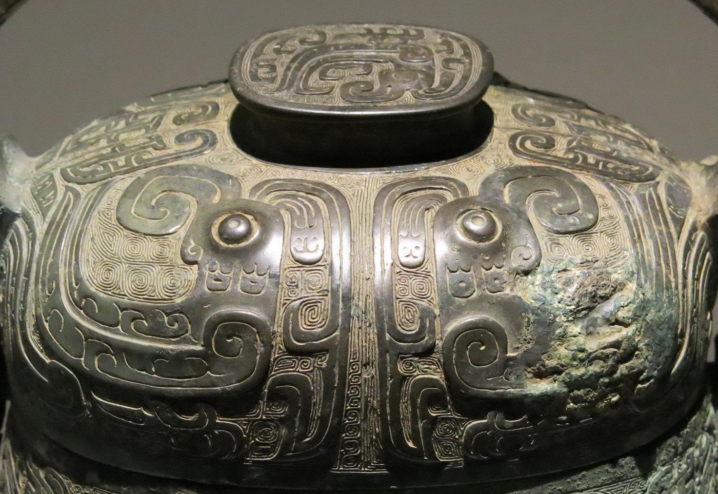 3cm 这件龙耳人足方盒,与在甘肃礼县圆顶山春秋秦墓中出土的青铜方盒