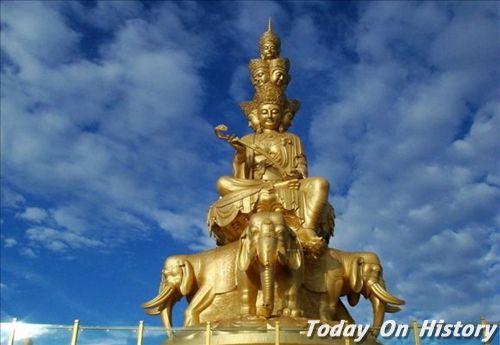 据说四面佛喜欢木雕大象与七色花串,于是在神坛前,堆积的七色花串与木