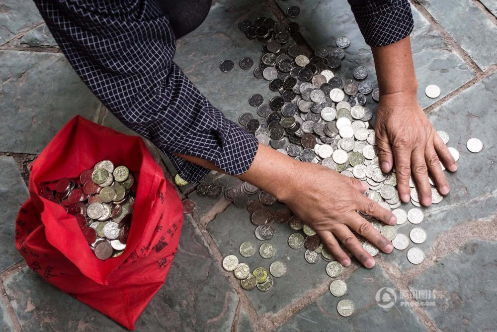 """疑因辞职遭老板""""整蛊""""工资被发3000多元硬币"""