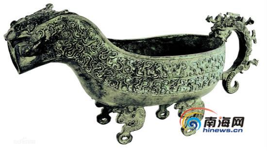 那件莲鹤方壶,它太显眼.  它也是一尊酒器,但它是春秋时代生产的.