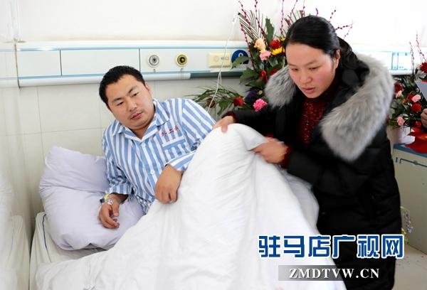 张森的妻子郭晓玉照看张森.jpg