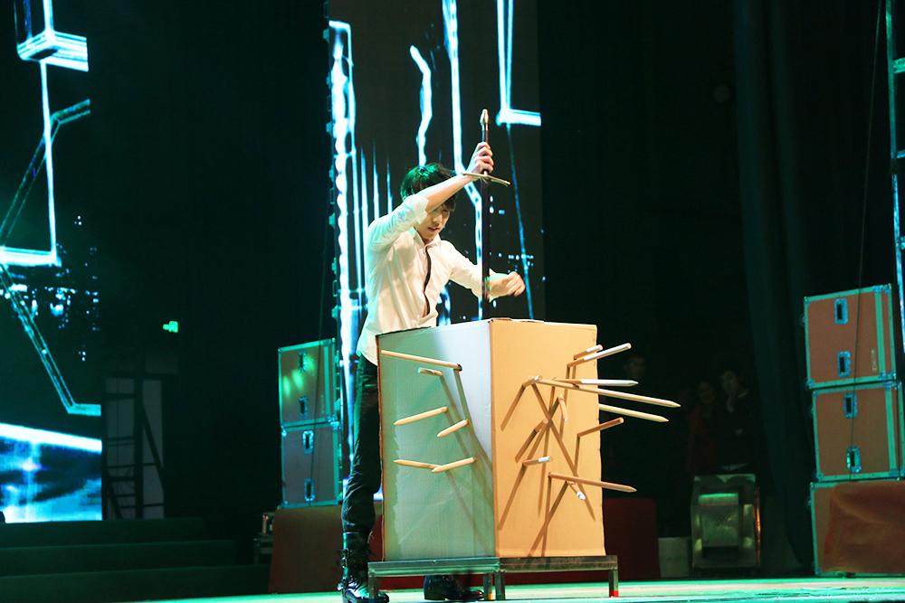 魔术《魔幻之旅》 表演:连鑫
