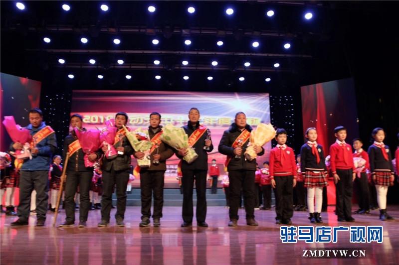 英雄集体:马小印、徐国法、田来运、张红、张保华、樊建光