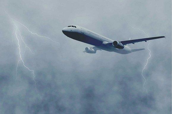事实上,在雷电天气最安全的地方是待在一个金属房里,比如一架飞机里.