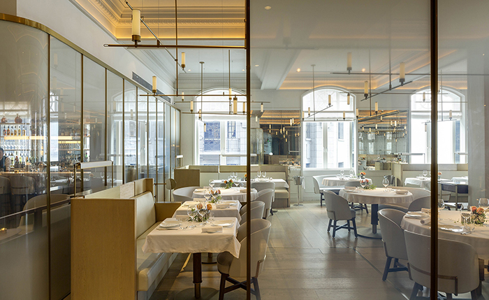 开放式厨房是 Vongerichten 先生的招牌标志,改造后的餐厅依旧保持传统。Vongerichten 先生早年在亚洲多年的工作经历激发了他对亚洲异域风味的灵感和热情,餐厅为客人带来的是口味清淡的现代法国菜,尽可能选择本土出产的有机作物和新鲜海鲜精心烹制而成。在新一季菜单里,更是可以发现很多季节性食物给客人们带来的味蕾惊喜。