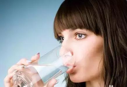 一个男生喝水的头像