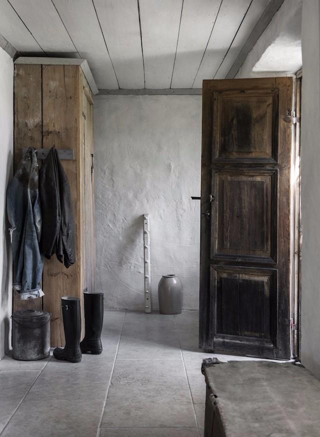 典型的哥特兰式农家小院,板凳、桌椅全都是用最原始的元素搭建.
