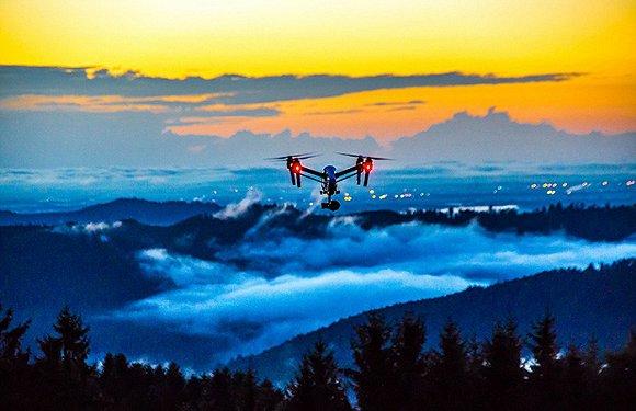 天空之城(SkyPixel)是一个由数百万航拍摄影、摄像爱好者组成的社区,为了找出2016年最佳航拍照,他们最近举办了2016年天空之城摄影大赛。共有来自131个国家和地区的27000名参赛者踊跃报名,比赛分为专业组及业余组两个大组,其中每个大组下分设三个类别,分别为美、空中全景组和飞行中的无人机。 全球航拍年度大奖被中国摄影师郑戈夺得,他的作品名为《渔夫收网》。美-专业组一等奖获得者是中国摄影师王汉冰,他的作品《探》中记录了一个正在沙漠中前行的驼队。二等奖是一张在大坝溢洪道上空的自拍,三等奖《大地》则为