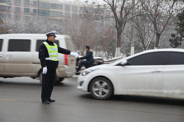 平舆公安民警全员上路冒雪执勤保畅通