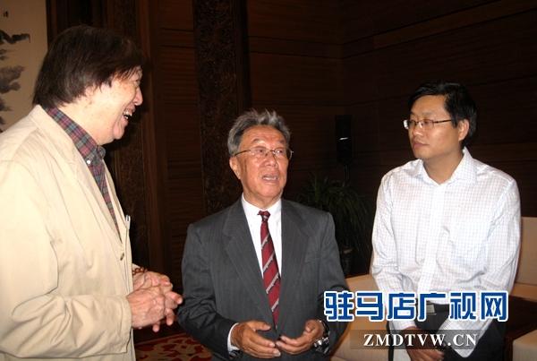 与文化部原部长王蒙先生、大作家冯骥才先生亲切交流.jpg