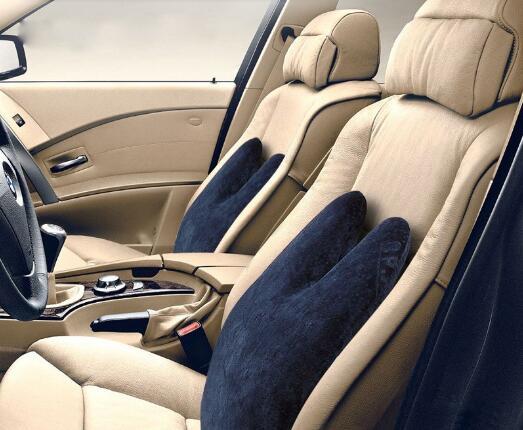 汽车靠垫的材质、外观、色彩 1、汽车靠垫的材质:表面面料一般是棉布、亚麻布或绒布;填充物一般是优质记忆棉。 2、汽车靠垫的外观:呈现多种多样,常见的有方形、圆形、双峰型等。其外形设计很有讲究。一般高档的汽车靠垫,比较强调舒适性和保护性,其外观形状会特别根据人体工程学位设计,例如最好的极品腰椎托扶双背靠垫,外观犹如两只手托扶您的背部,可有效分担腰部50%的压力。 为什么要安装汽车靠垫?汽车靠垫有用吗? 汽车靠垫有很多功能和特性,其中最重要的是舒适性和健康保护功能。下面为您详细解说: 1、汽车靠垫的舒适性。