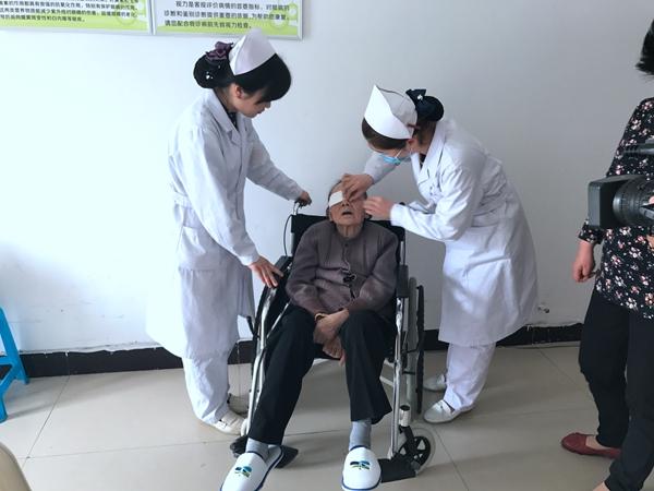 驻马店眼科医院为百岁老人成功摘除白内障
