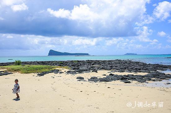 教堂面朝大海,印度洋渐变的蓝色海水尽收眼底.