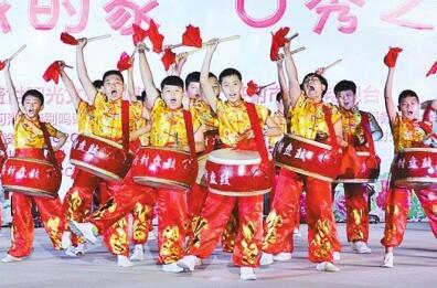 河南开封市县街小学有个小学生盘鼓队