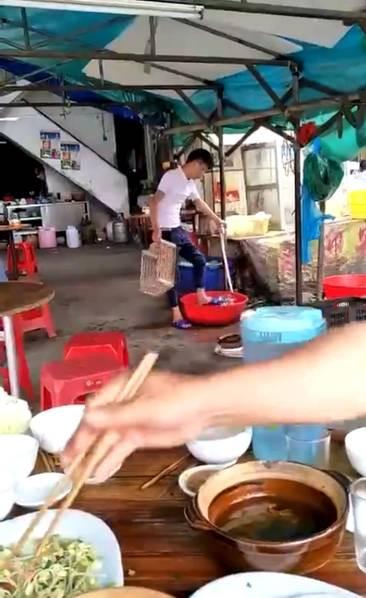 吐了!大排档店员用脚洗菜 顾客正在旁边吃饭