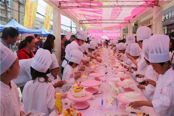 大拇指轻奢烘培体验馆万人DIY公益计划启动首批100名体验官亲手制作蛋糕开心过六一