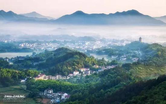 九华山风景区脚下,山村田野被薄雾轻纱笼罩如梦似幻,在晨光下宛如仙境