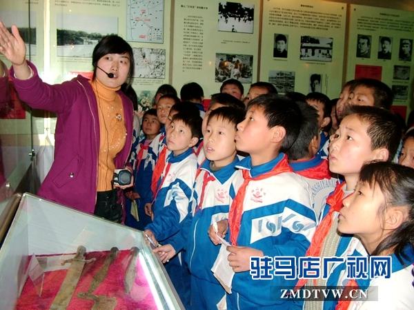 青少年学生参观确山县临时治安委员会纪念馆.JPG