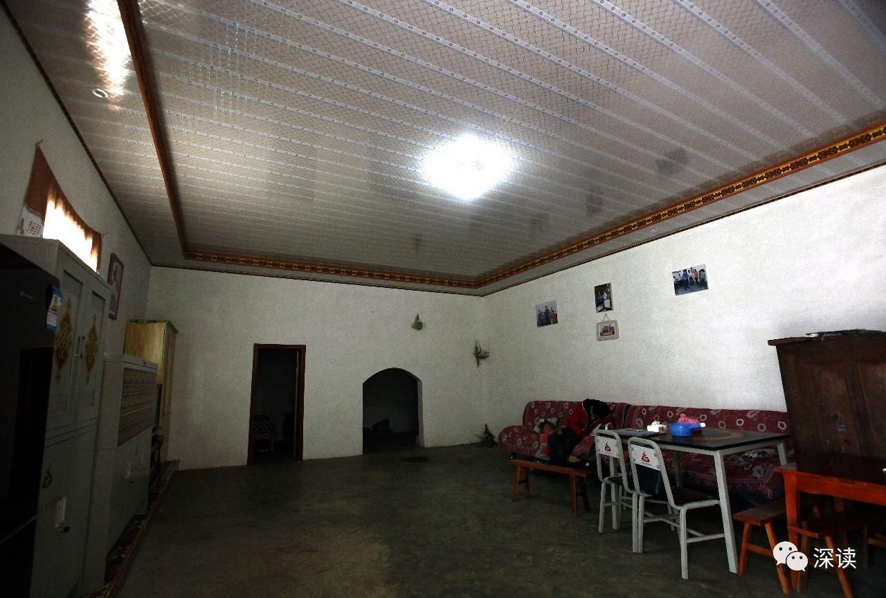 窗边,房檐都装饰着具有彝族特色的红黄黑的花纹线,主屋里的铁质储物柜