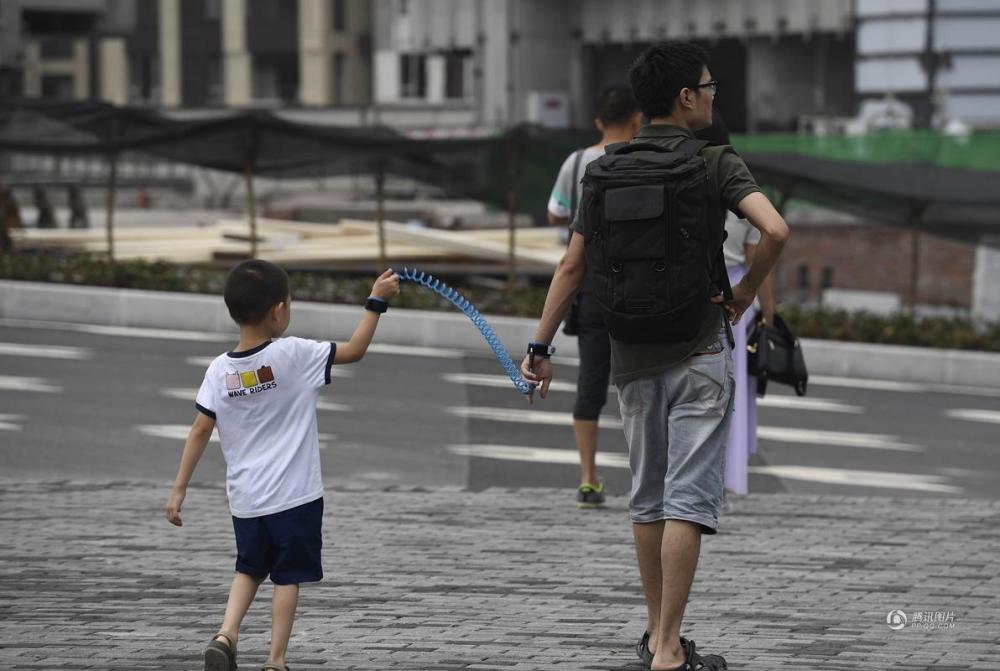 """一家人外出游玩 父亲为何""""铐""""着儿子出游?"""