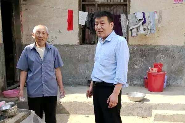 情系群众办好事的上蔡县周庄村第一书记任亚峰