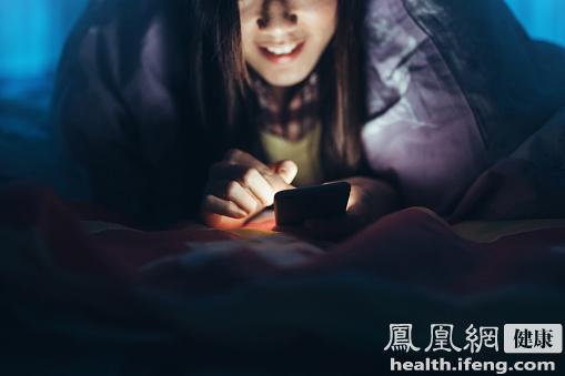 长时间玩手机眼睛酸疼 3个小动作助缓解