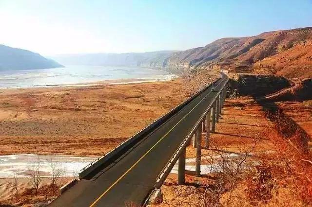 核心提示:被誉为美国最美的一条公路,一边是危耸陡立的悬崖,一边是惊涛拍岸的海水,自驾体验可谓惊险又浪漫,是北美旅行最受欢迎的路线。 论起颜值最高公路,不少人会想起美国一号公路。这条传奇的公路,被誉为美国最美的一条公路,一边是危耸陡立的悬崖,一边是惊涛拍岸的海水,自驾体验可谓惊险又浪漫,是北美旅行最受欢迎的路线。  美国1号公路 但美国1号公路美则美矣,路上的风景却有些千篇一律,看久了未免腻味。加上美国历史较短,所以自驾这条公路并不能带给你征服历史的成就感,而且签证麻烦,花费高,让很多人望而兴叹.