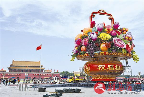 """天安门广场""""祝福祖国""""巨型花篮基本布置完毕"""