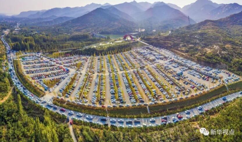 山东临沂沂蒙山银座天蒙旅游景区露天停车场停满了车辆,蔚为壮观(10月