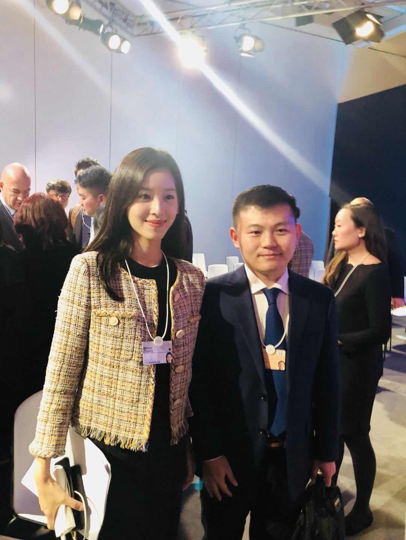 刘强东在达沃斯笑谈创业辛酸路 奶茶妹妹全程陪同