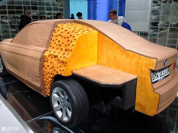 在汽車造型設計中,油泥模型制作是十分重要也是必須經歷的一個環節。它將平面圖形立體化,呈現出了一個十分逼真的立體汽車形態。這些模型帶給我們的感受和實車是截然不同的,但相同的是,都能讓我們體會到汽車每一個細節設計,或結實飽滿,或端莊優雅,或動感十足。