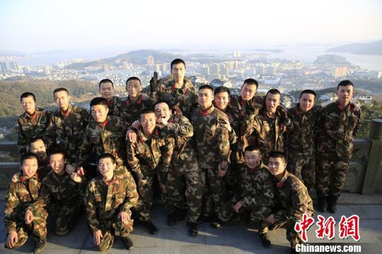 图为官兵们跑步10公里登上海岛山顶,望守护的海岛。 颜石斌 摄