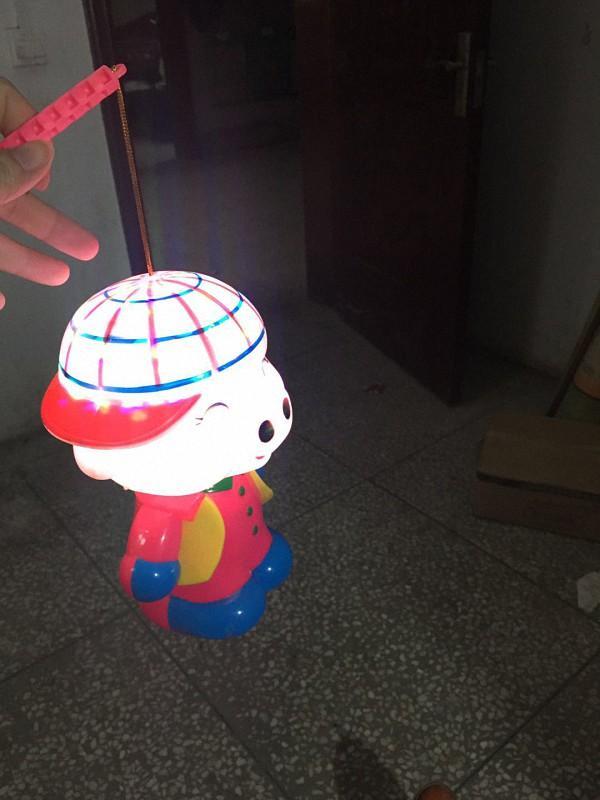 徐孟南买给孩子的可爱灯笼.他说,没自己小时候自己做的玩乐.