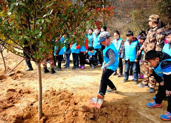 驻马店市50多名小学生到蚁蜂镇相林村义务植树