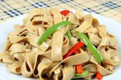 干豆腐怎么切�yoh_2,辣酱,黄豆酱,开水,调成汁备用;干豆腐切成手指大小的宽条