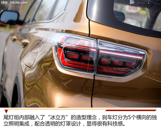 核心提示:文章标签: 我们都知道,SUV来源于越野车,不过如今的SUV几乎都没有过去越野车的硬派造型了。而我们今天试驾的智跑在老款车型的设计上也是同样的走了高颜值的路线,不过,随着新一代现代ix35摇身一变硬派造型SUV,新一代起亚智跑也走起了硬派路线,今天我们就是看看这个变身硬汉之后的型男还暖不暖。  现款智跑车型更多呈现出的是流畅和柔美,城市SUV的味道很浓。但是在全新一代智跑车型上,就完全摈弃了这一设计语言,取而代之的是强壮和硬派风。新车整体设计则采用的是现代雕塑的简约和坚固特质,虽然没有过多的线条