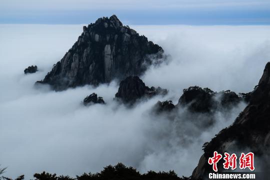 云雾缭绕的天都峰 李金刚 摄