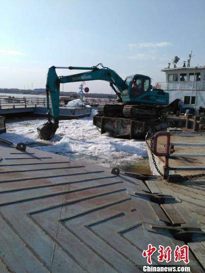 图为正在拆除中俄固冰通道。 李会 摄