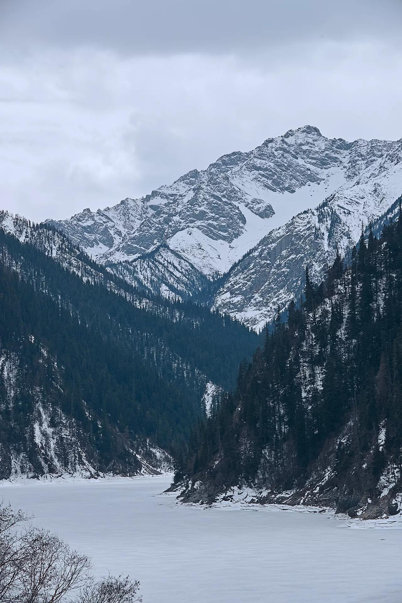 虽然季节不是很对,并没有展现出秋季的层林尽染,五光十色。但是3月中的九寨沟因为海拔落差的关系,3000多米的长海还是一片冰封,2000多米的镜湖却是绿意盎然。震后重新开放的九寨沟 摄影师:Samchen