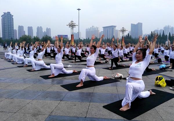 驻马店500名瑜伽爱好者齐聚天中广场秀风采