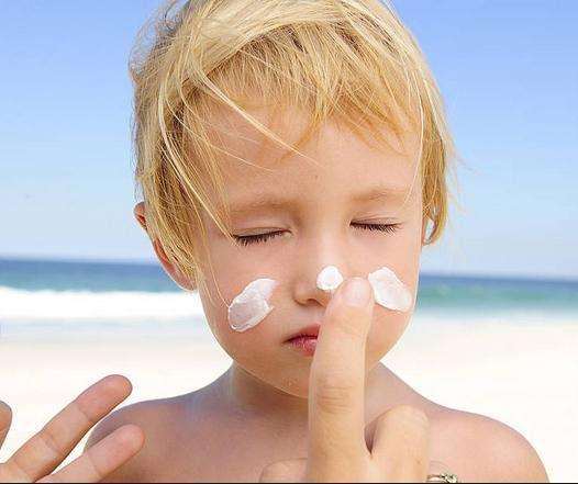 夏季宝宝防晒要谨慎 分年龄防晒
