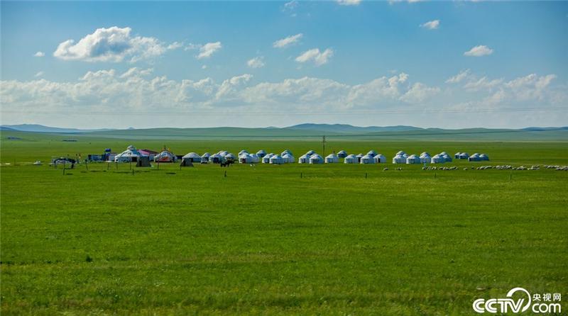 """央视网消息: (记者:张恪忞 李夏 邢明)辽阔、悠远、诗意、纯净……""""天边草原""""乌拉盖,如诗如画一般。有人说,来到乌拉盖草原不要开车,也不要骑马,下来静静的走一走,用心去感受草原、羊群、白云与房屋的纯美与空灵,会让你流连忘返。"""