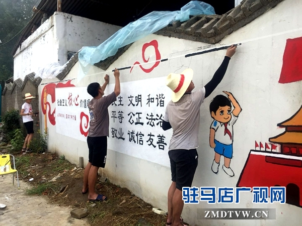 郑大学子泌阳乡村绘制文化墙