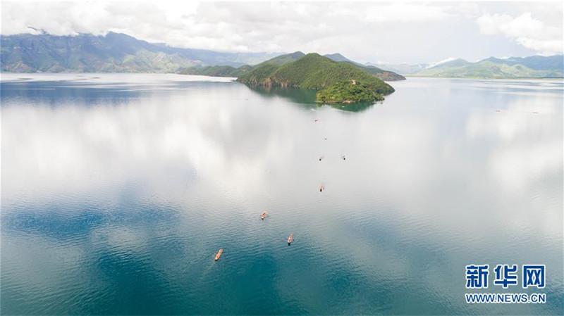"""这是云南泸沽湖美景(7月30日无人机拍摄)。  位于云南和四川交界处的泸沽湖湖面海拔2690米,面积约50平方公里,水质清澈,长期保持I类水质。这里因湖泊周边居民保持有母系氏族社会的某些习俗而有""""东方女儿国""""之誉,以绝美的湖光山色和神秘的摩梭文化受到海内外游客的青睐。新华社记者 胡超 摄"""