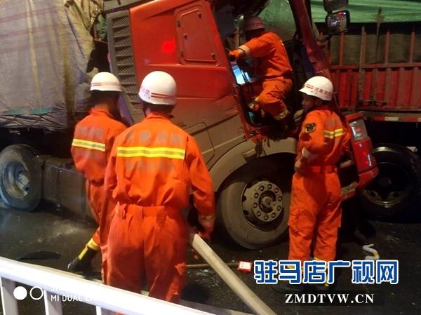 确山:两货车相撞司机被困 消防官兵合力救出