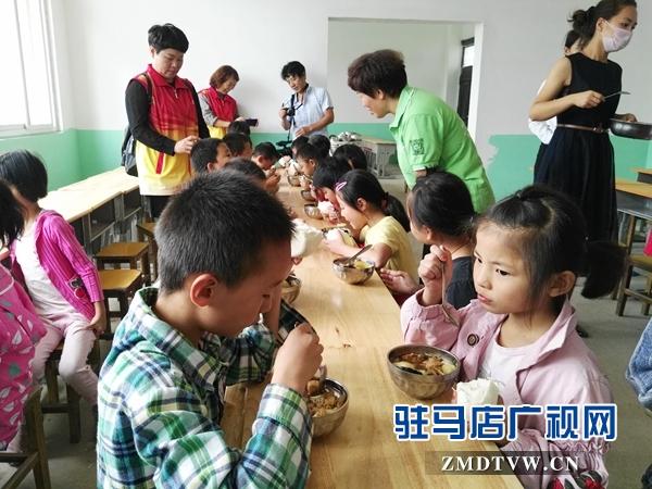 """天中义工联合会检查""""免费午餐""""学校实施情况"""