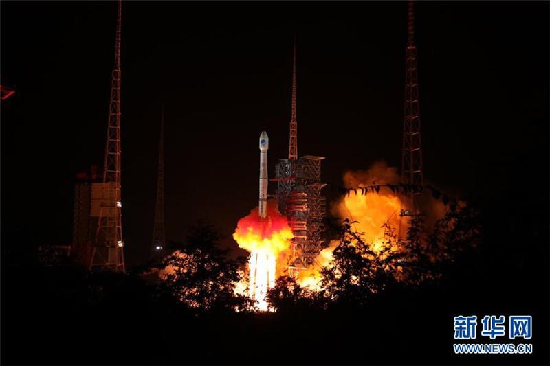 """9月19日22时07分,我国在西昌卫星发射中心用长征三号乙运载火箭(及远征一号上面级),以""""一箭双星""""方式成功发射两颗北斗导航卫星。 新华社发(梁珂岩 摄)"""