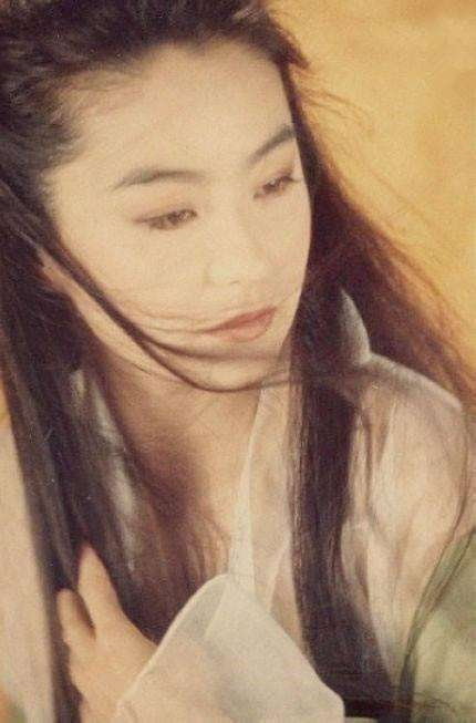李连杰敬畏她,谢贤追求她,一头白发却活得像20岁